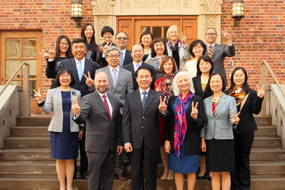 Peking University Health Science Center delegation with faculty members of the USC Chan Division. (Photo/Philip Channing)