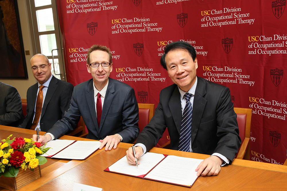 USC Provost Michael Quick and Peking University Health Science Center President Qimin Zhan formalize the partnership between the two institutions. (Photo/Philip Channing)